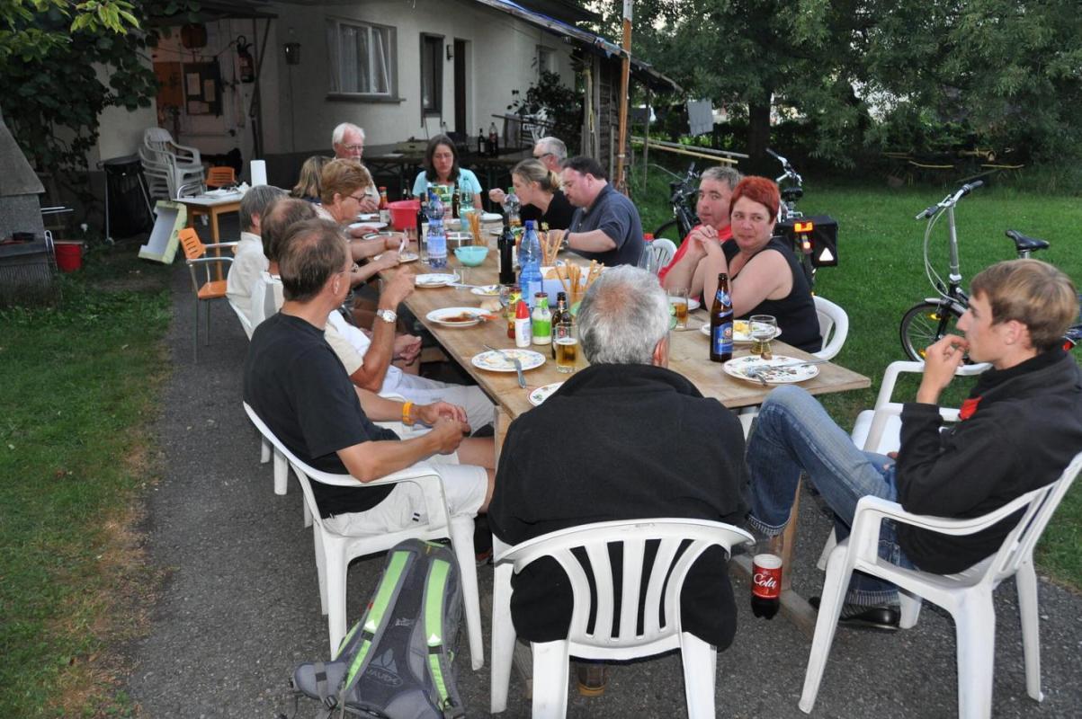 Gemeinsames Essen an einer großen Tafel vorm Bungalow