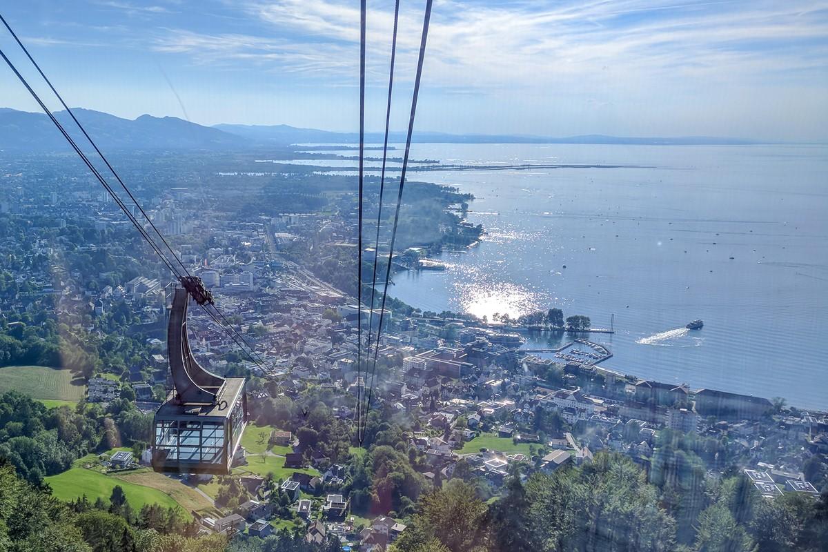 Blick aus der Pfänderbahngondel auf Bregenz und den Bodensee