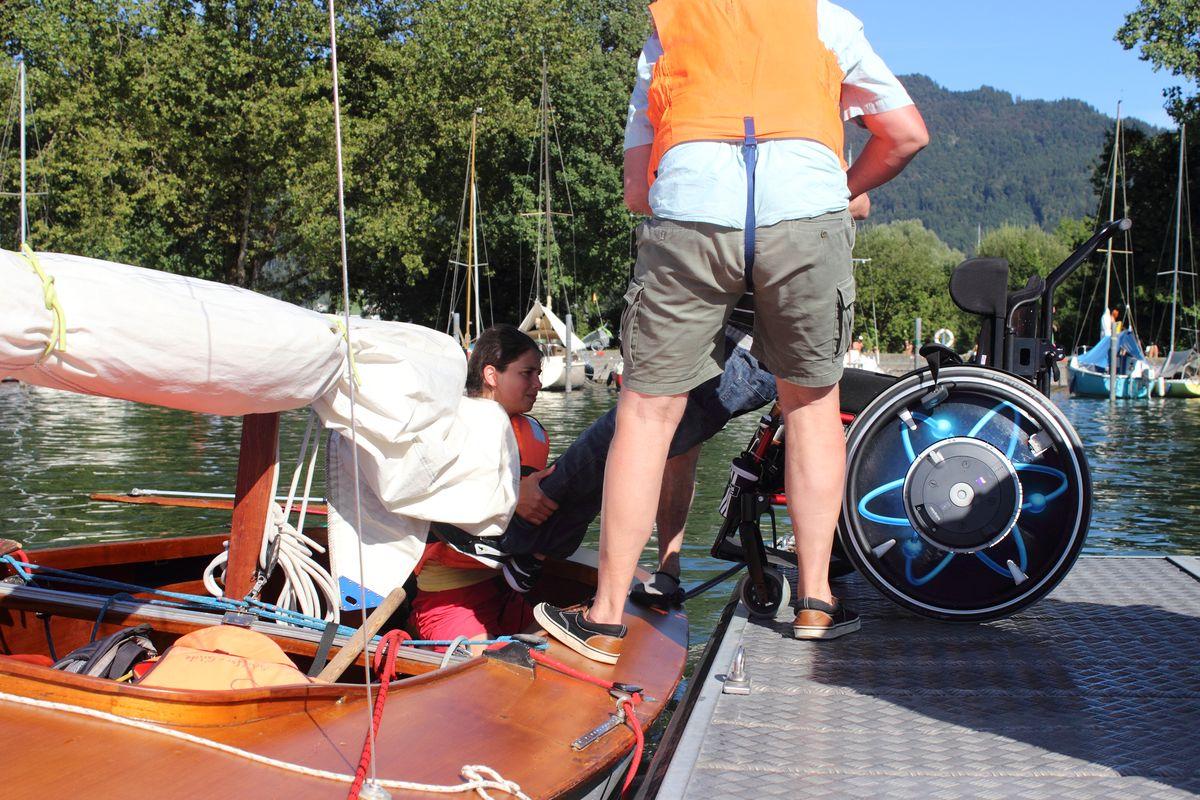 """Umsteigen vom Rollstuhl in die Jolle """"Treibholz"""" im Bregenzer Hafen"""